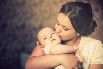 Possums for Parents with Babies - NDC, breastfeeding, baby sleep and crying problems, mother kissing baby